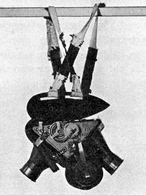 Photographie d'un harnais pour pigeon avec un appareil photo à deux lentilles, en 1909