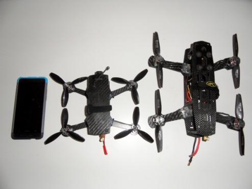 Le P0CKET à gauche, le Blackout Mini H Quad à droite