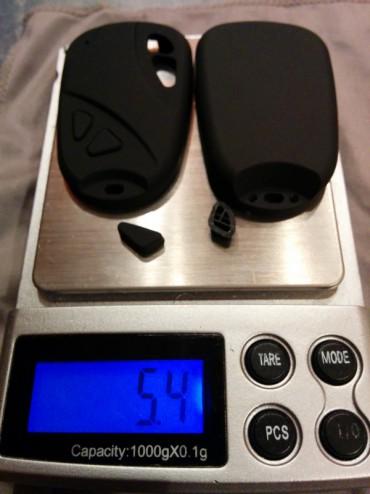 La protection de la cam est allégée avec une Dremel. Elle passe ainsi de 5,4 à 2,9 grammes. Cette étape n'est pas obligatoire mais elle permet de gagner 2,5 grammes, ce qui n'est pas négligeable.