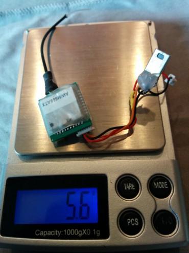 L'émetteur altitudeRC est directement relié à la batterie principale 1S. Cet émetteur possède une sortie en 3.5V régulée qui permet d'alimenter la caméra sans parasites. Le câble visible est constitué d'un connecteur mini JST 1.25mm 2 pins pour alimenter la caméra et d'un port Mini USB 5 Pin Male pour récupérer en le signal vidéo.