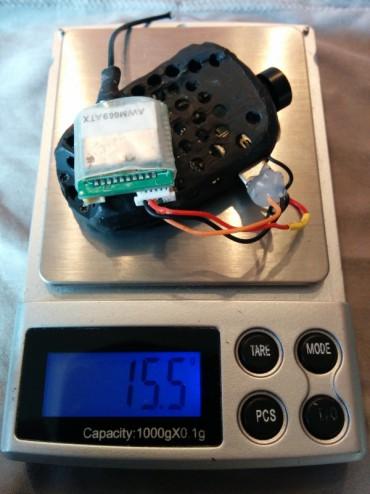La caméra et l'émetteur vidéo pèsent 15,5 grammes.