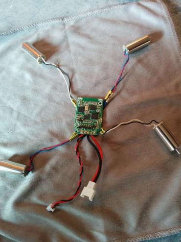Le contrôleur de vol avec les moteurs 8,5 mm brushed et et les deux câbles d'alimentation pour brancher l'émetteur vidéo et la batterie 1S.