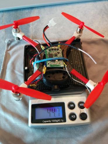 Le Microquad pèse au final 44,7 grammes sans la batterie. La caméra et le contrôleur sont simplement collés avec de la mousse double face. L'esthétique n'est pas recherchée. Pour améliorer le look, un canopy pourrait être ajouté – il aurait l'avantage de protéger la carte de vol.