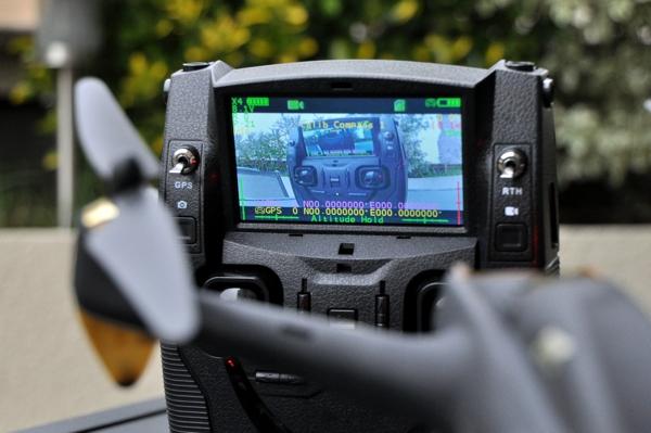 ... des vidéos ou pas, la caméra à bord filme en continu, et envoie les  images en temps réel vers la radiocommande, qui les affiche sur son écran  intégré. 0b1087ae11c5