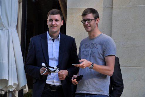 A gauche, un pilote de EHang. A droite, Geoffray Sylvain, de aruco.com, co-organisateur du Paris Drone Festival.